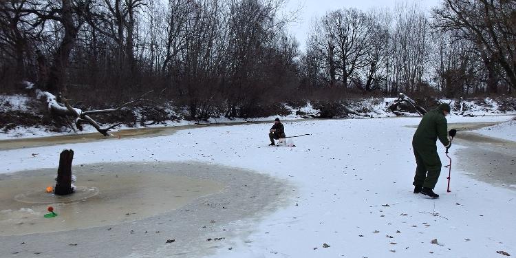 Zimní rybolov, žerlice, vrtání díry do ledu