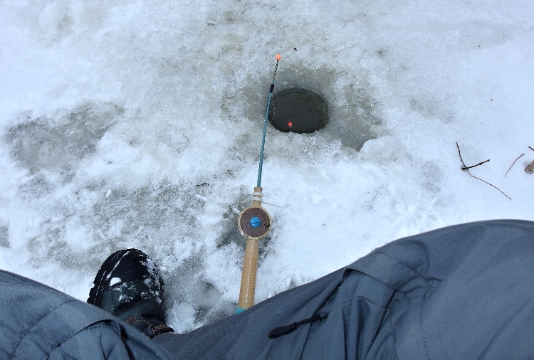 Rybolov dírka v ledu